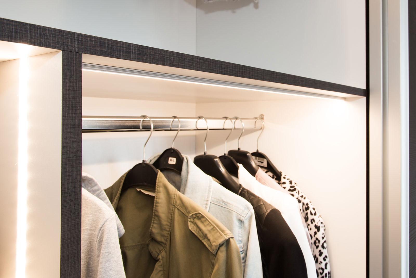 Slaapkamer Deuren : Schuifkast met bewegingsmelder bij openen deuren ...