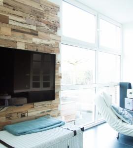 Woonkamer met tiekhouten TV achterwand