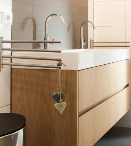 Badkamer mat blank afgelakt met opbouwbak
