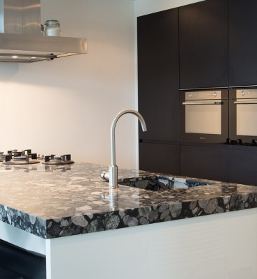 Hoogglans keuken, hoge kasten in gemelamineerde decorplaat