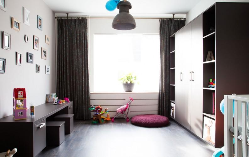 Bergkast met open vakken en werk-speelplek voor kinderen met zitkrukjes