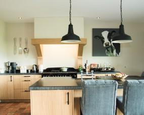 Landelijke eiken keuken met handgekapt massief werkblad
