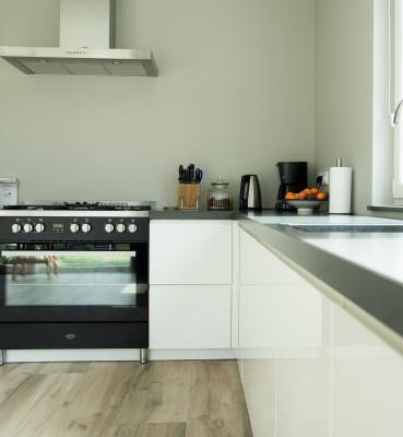 Witte hoogglans keuken met Boretti kookstel
