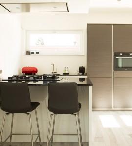 Hoogglans keuken met verticale greeplijsten